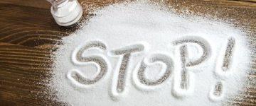 مضرات مصرف زیاد نمک :مصرف نمک به مقدار کم در برنامه غذایی ما لازم و ضروری است. ولی ما معمولاً 10 تا 20 برابر مقدار مورد نیاز بدن، نمک مصرف می کنیم